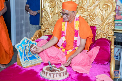 H.D.H Acharya Swamishree offers welcome cake to Shree Harikrushna Maharaj