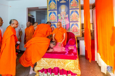 H.D.H Acharya Swamishree blesses the Sants