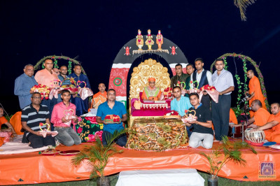 The parayan yajmaans pose for a group photo with H.D.H Acharya Swamishree