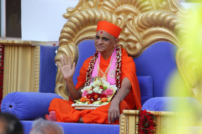 Divine darshan of Acharya Swamishree in a decorated chariot