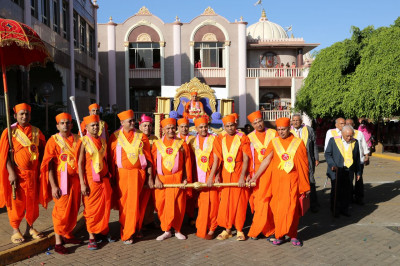 Sant Mandal pull Acharya Swamishree's decorated chariot