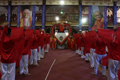 Devotees dance on 'Hasine bolavi maru chit chorilidhu re...'