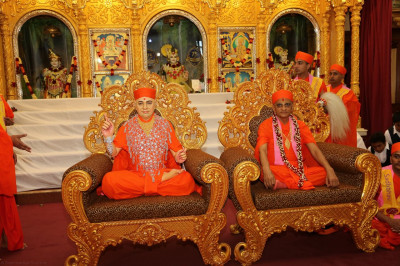 Divine darshan of Gurudev Shree Muktajeevan Swamibapa and Acharya Swamishree