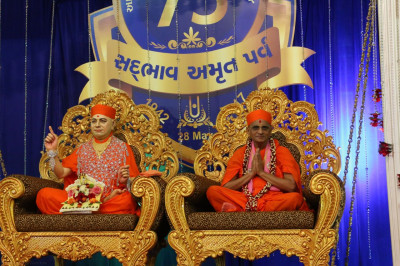 Divine darshan of Shree Muktajeevan Swamibapa and Acharya Swamishree