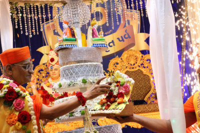 Acharya Swamishree offers cake to Shree Harikrushna Maharaj