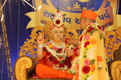 Acharya Swamishree offers cake to Shree Muktajeevan Swamibapa