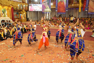 Sants and devotees perform a dance to please Lord Swaminarayanbapa Swamibapa