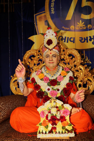 Divine darshan of Shree Harikrushna Maharaj and Gurudev Shree Muktajeevan Swamibapa