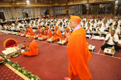 Acharya Swamishree arrives to commence the Sadbhav Amrut Parva Mahapooja