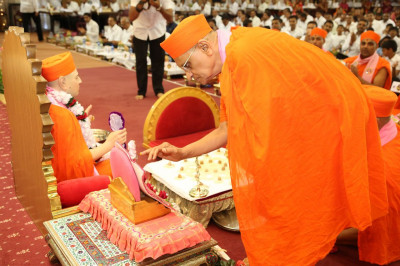 Acharya Swamishree performs Mahapooja