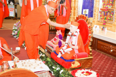 Acharya Swamishree performs Mahapooja to Gurudev Shree Muktajeevan Swamibapa