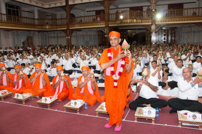 Divine darshan of Acharya Swamishree during the Mahapooja