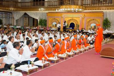 Acharya Swamishree blesses all present for Sadbhav Amrut Parva Mahapooja