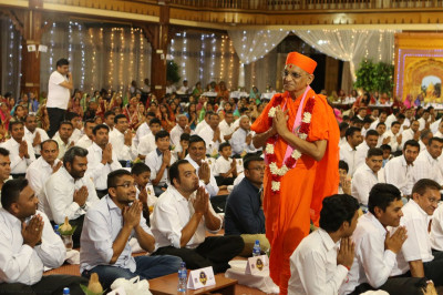 Acharya Swamishree blesses all the devotees