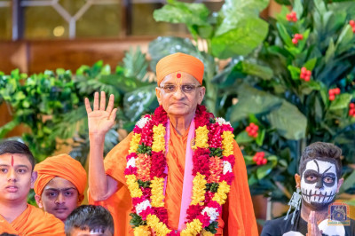 H.D.H Acharya Swamishree blesses the participants