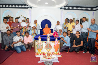 A group photo of H.D.H Acharya Swamishree with the devotees