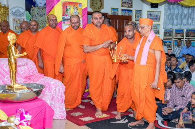 H.D.H Acharya Swamishree and Sant Mandal perform aarti