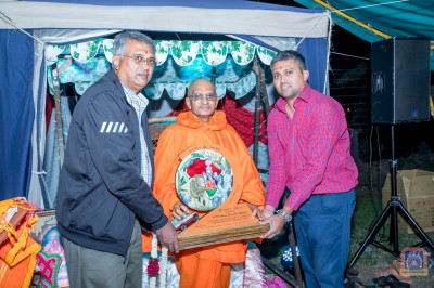 Presentation of a momento to H.D.H Acharya Swamishree on His 20th visit to Mara River Lodge