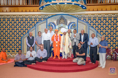 Commitee members pose for a group photo with H.D.H Acharya Swamishree and Parklands MCA Jayendra Malde
