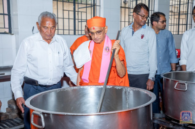 Divine darshan of H.D.H Acharya Swamishree Maharaj cooking