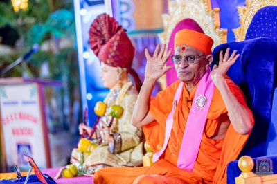 H.D.H Acharya Swamishree showers His Divine blessings