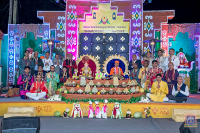 Yajmans pose for a group photo with Lord Shree Swaminarayan and H.D.H Acharya Swamishree