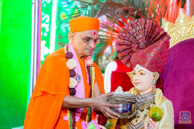 H.D.H Acharya Swamishree offers rotlas to Lord Shree Swaminarayan