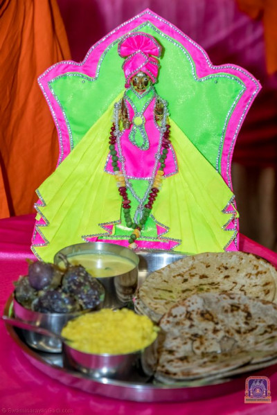 Thaal being offered to Shree Harikrushna Maharaj