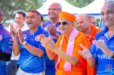 H.D.H Acharya Swamishree, Sants and devotees cheer the participants