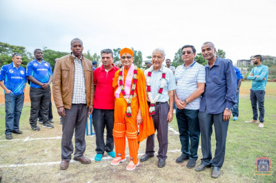 H.D.H Acharya Swamishree blesses thehonorable guests