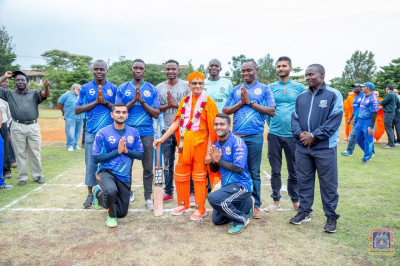 H.D.H Acharya Swamishree blesses the Swamibapa cricket team