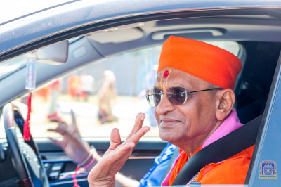 H.D.H Acharya Swamishree leaves the ground to return to mandir