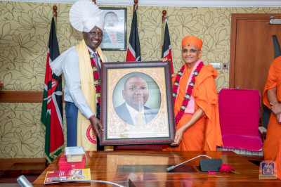 H.D.H Acharya Swamishree presents Deputy President William Samoei Arap Ruto his potrait