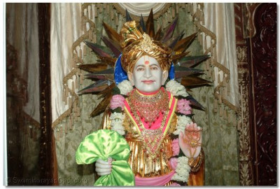 Jeevanpran Bapashree giving His divine darshan
