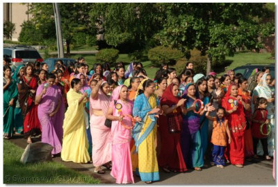 Hundreds of disciples join the parade and walk to the sabha mandap with Acharya Swamishree