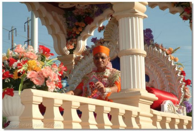 Acharya Swamishree giving His divine darshan on the chariot