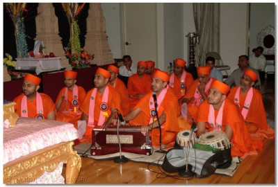 Swamibapa's talented santos perform kirtan bhakti during the ashirwad