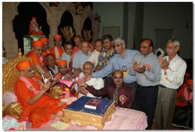 Acharya Swamishree, sants, and disciples perform the inauguration ceremony to the Shree Muktajeevan Swamibapa Documentary