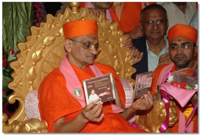 Acharya Swamishree does darshan of Muktajeevan Swamibapa's murti on the cover of the documentary