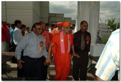 Acharya Swamishree leaves the mandap and arrives at the food tent