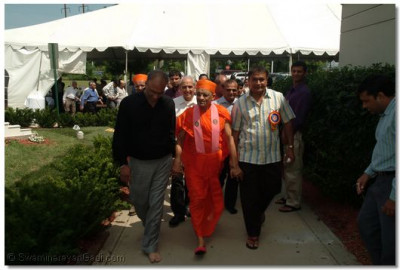 Acharya Swamishree leaves the food tent
