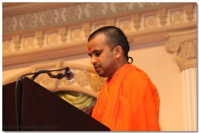 A sant gives a speech to please Lord Swaminarayanbapa Swamibapa