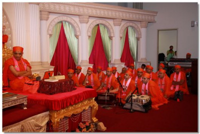 Sants listen attentively to His Divine Holiness Archarya Swamishree's ashirwad