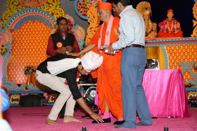 Honorary guest singer Jeffrey Iqbal receives blessings from Acharya Swamishree before starting his performance