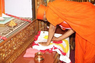 Acharya Swamishree consecrates the dhaja (flag) that is to be raised over the temple