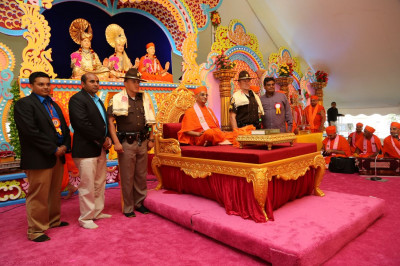 Acharya Swamishree blesses senior police officers of the New Castle Sheriff�s Department for providing security for the Diamond Tula