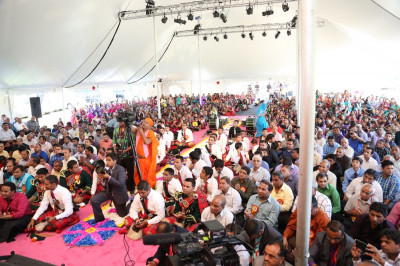 Over a thousand disciples watch on eagerly for Tula darshan