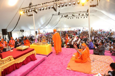 Hundreds of disciples in attendance are blessed by the Diamond Tula darshan