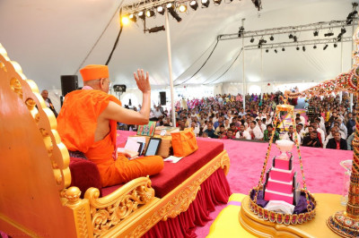 Acharya Swamishree showers His disciples with His divine blessings