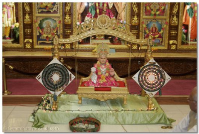 The divine darshan of Jeevanpran Bapashree seated on a golden swing